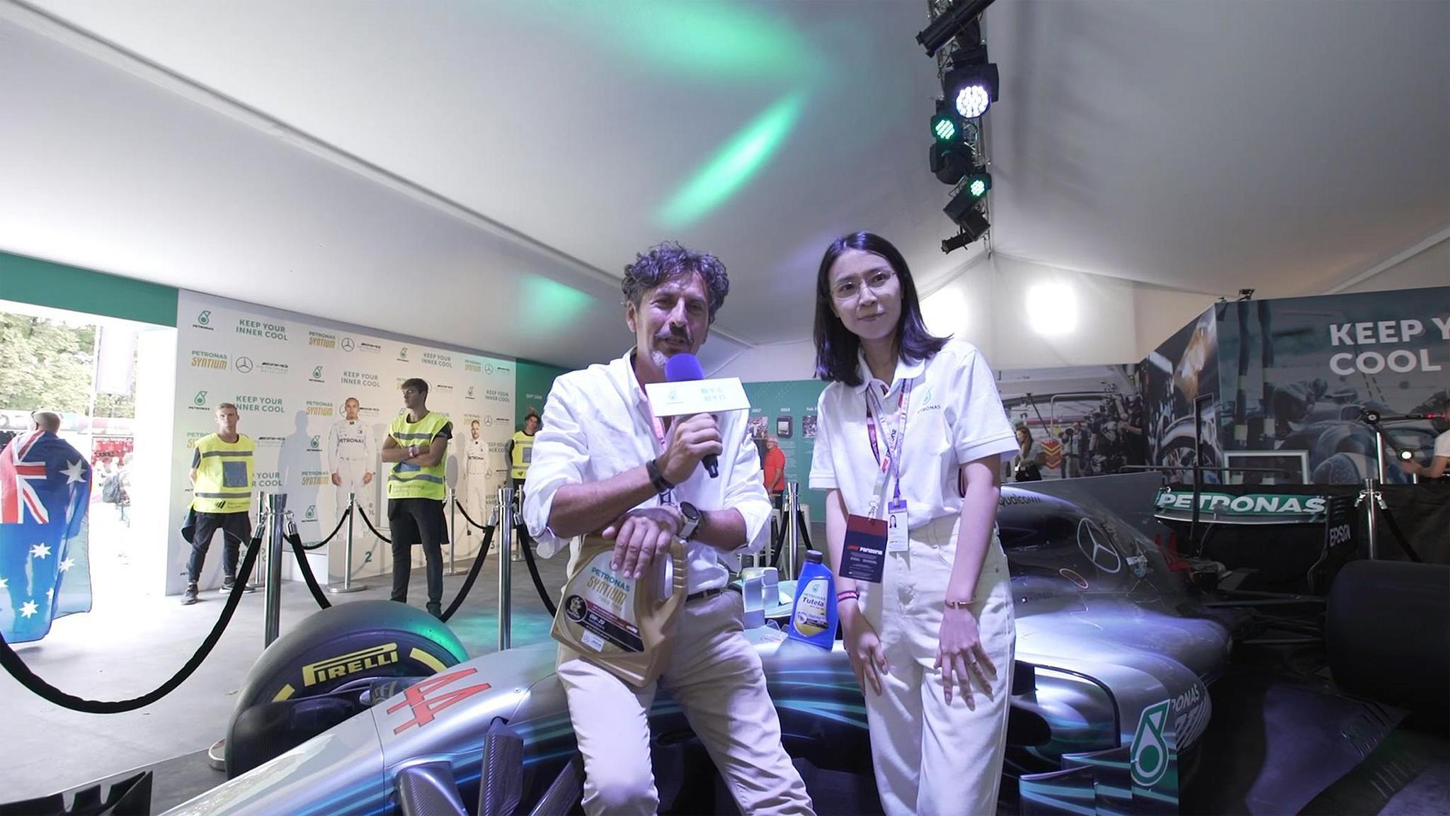 马石油润滑油国际的董事总经理兼CEO Giuseppe D'Arrigo先生在蒙扎赛场的马石油车迷展台与国内现场连线