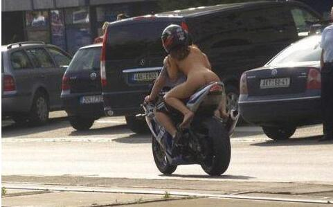 每日趣图|大白天拉着一个裸体美女满街跑