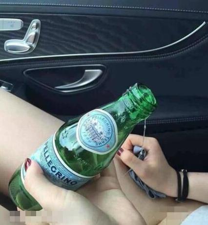 每日趣图 涨知识 妹纸忍不住用瓶子解决