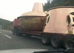 每日趣图|什么火锅需要上百吨大货车拉?
