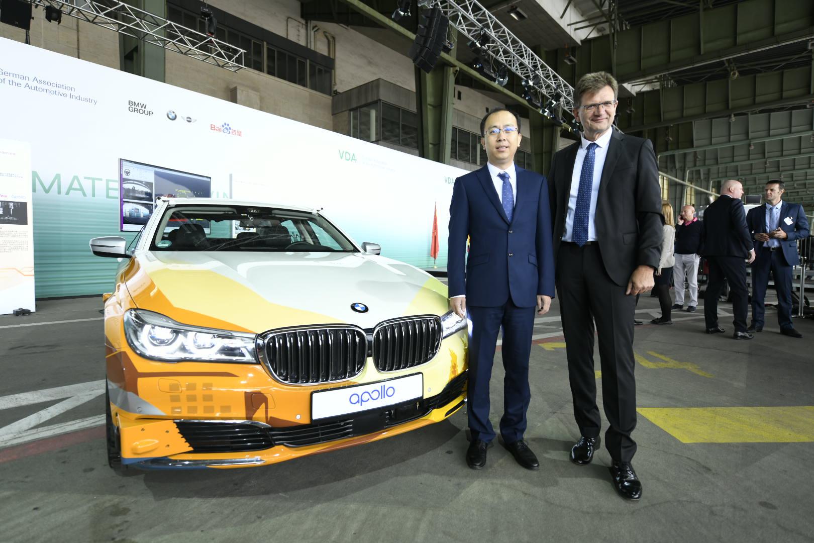 百度副总裁、智能驾驶事业群组总经理李震宇(左)宝马集团负责研发的董事傅乐希先生(右)
