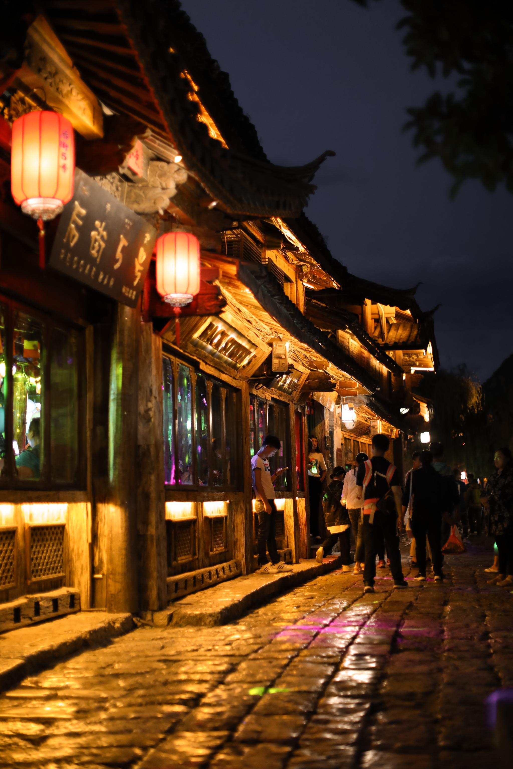 夜色慢慢降临,而丽江的另一面刚刚开始