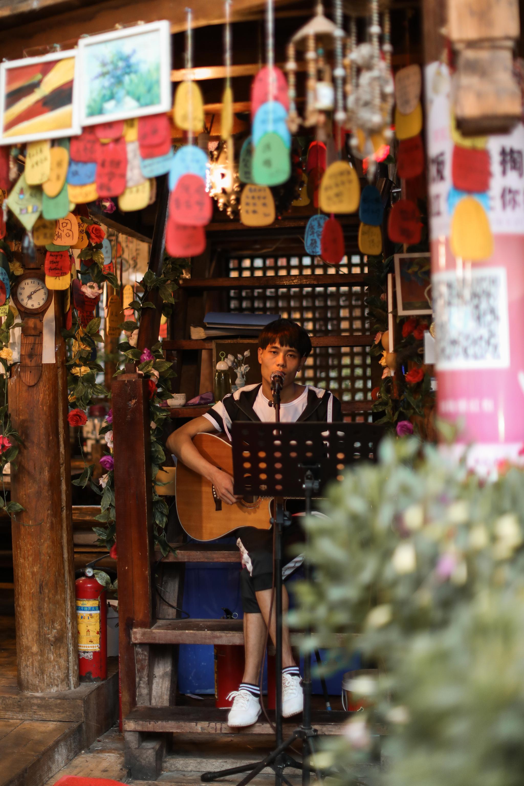 许多饭馆也有歌手驻唱