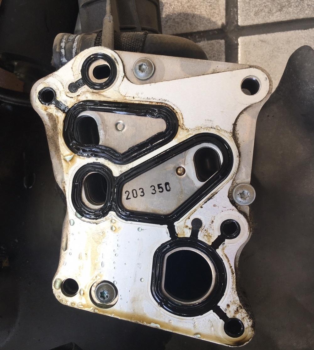 M271发动机机油滤清器底座橡胶已明显溶胀变形