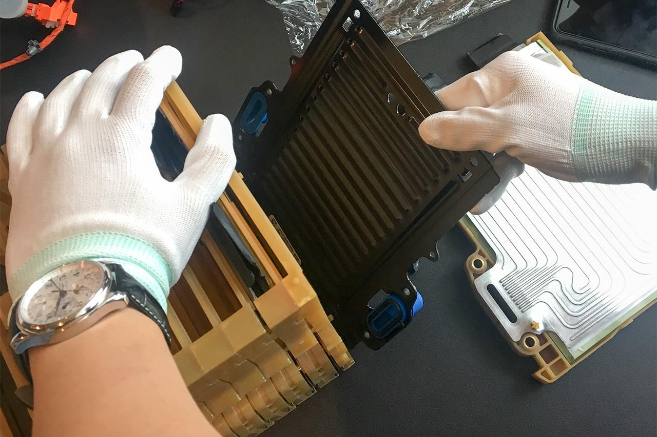 把电芯、隔热泡棉与冷却板层层堆垛,就形成了组成动力电池的最小单元。