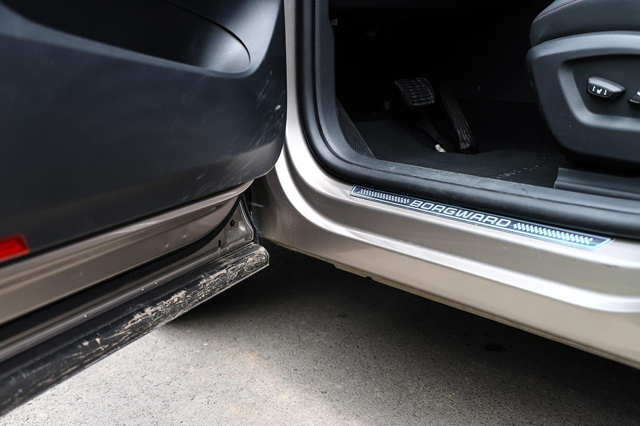 车门下沿采用橡胶条包裹,避免弄脏车身和您的裤腿。