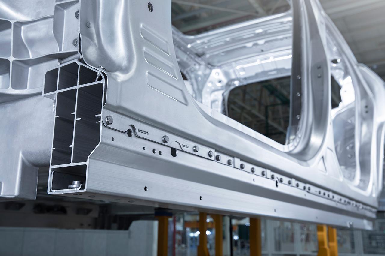 蔚来ES8一体空腔门槛梁,是侧撞时保护乘员和电池的关键部分。