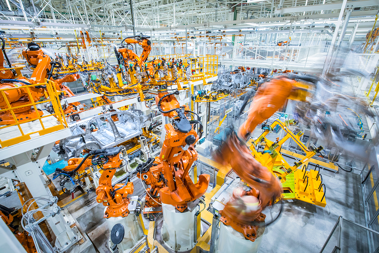16座机器人集中在车身总拼装工位
