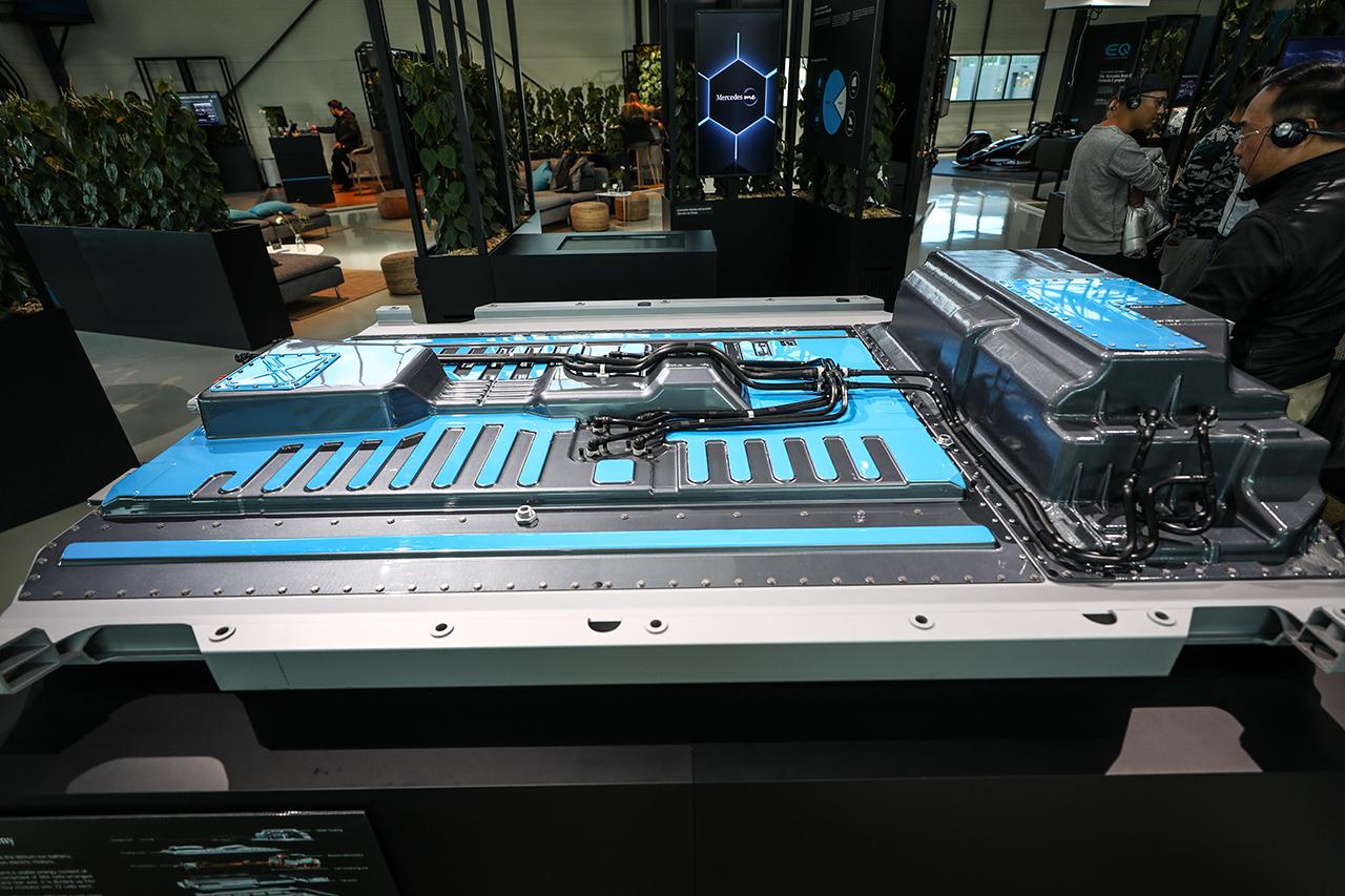 奔驰EQC搭载80千瓦时电量的锂电池组
