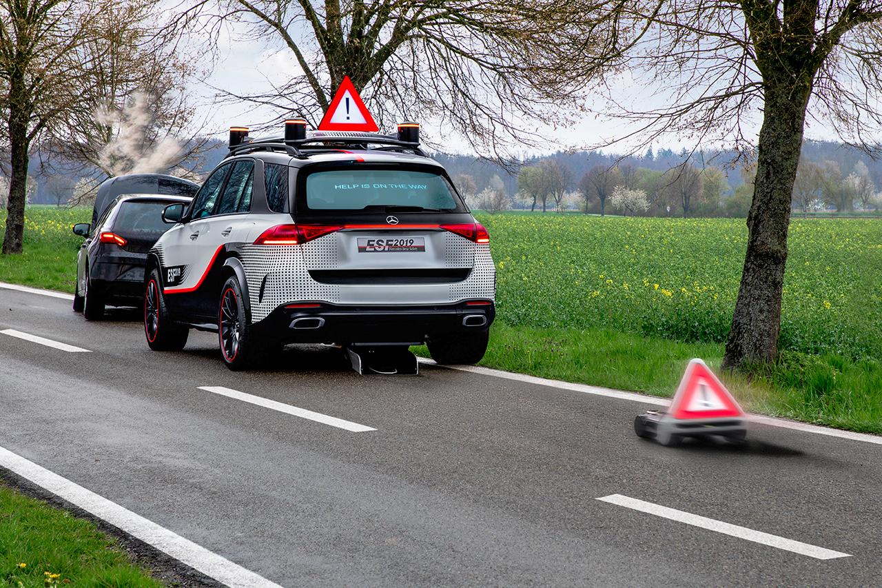 遇到交通事故时,车顶自动升起警示牌,并启动移动机器人远离车尾竖起警示牌。