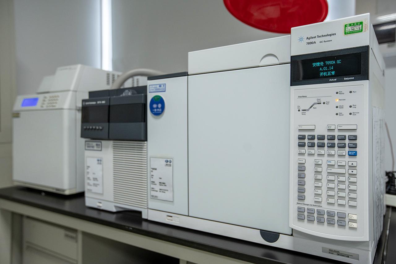 气相色谱-质谱联用仪等先进设备,进行各项挥发性物质的检测分析。