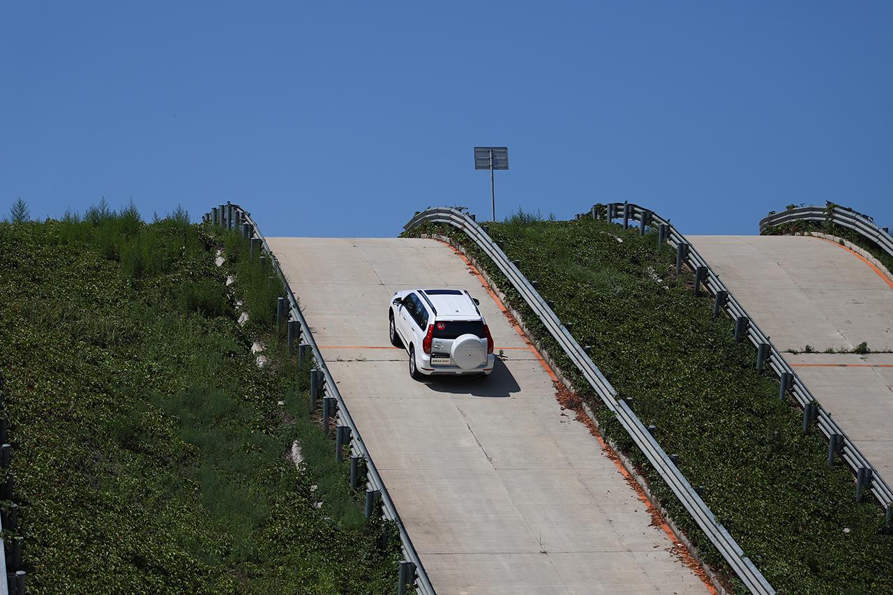 哈弗H9 2020款 轻松爬上50%坡度的陡坡