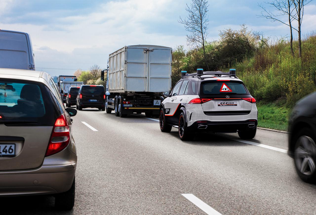 提醒后方车辆,为救援车腾出紧急通道。