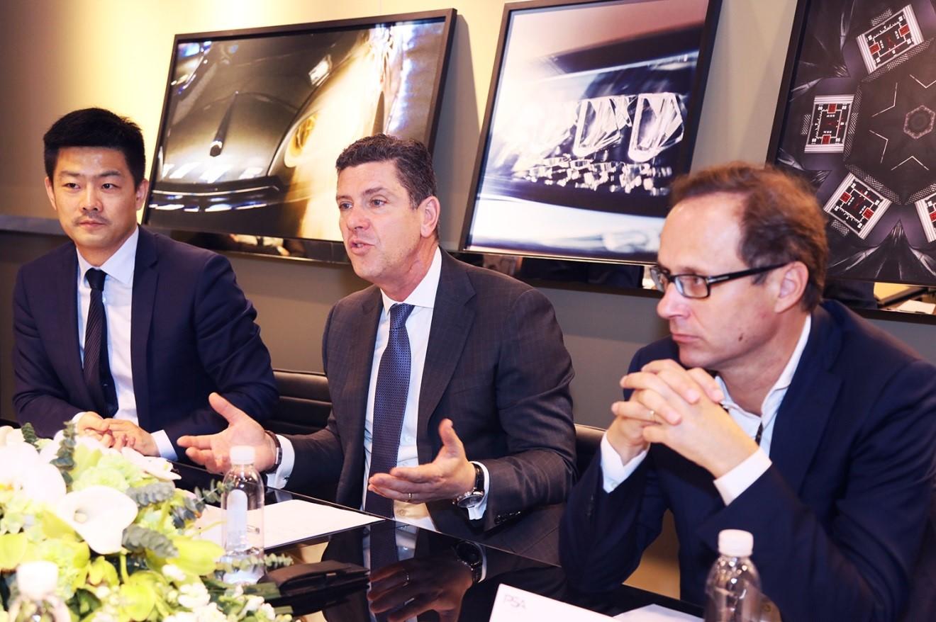(从左至右:PSA集团中国及东南亚区企业传播负责人王超,PSA集团全球执委会成员、集团执行副总裁兼中国及东南亚区总裁高恺霖,长安标致雪铁龙汽车有限公司总裁莫奈)