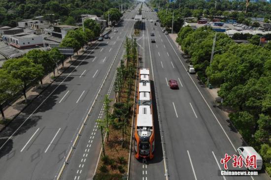 电车行驶在3公里长的智能轨道快运系统示范线上。 杨华峰 摄