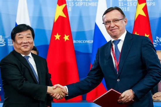 中国潍柴公司董事长谭旭光和俄卡玛兹公司总经理寇格金