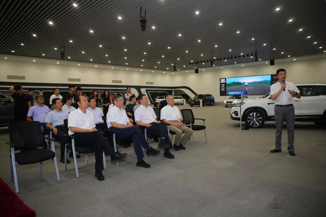 长安汽车执行副总裁谭本宏向专家团介绍企业情况