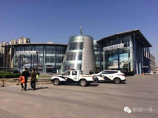 ▲李军方多名保安站在梅赛德斯-奔驰(北京)中心