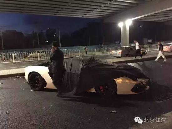 该男子称并非车主并拒绝回答问题。