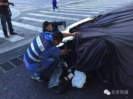 工作人员正在检查车辆。