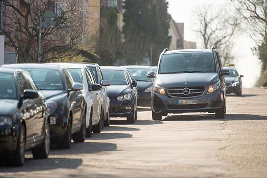 奔驰博世利用行驶车辆获取空置车位数据