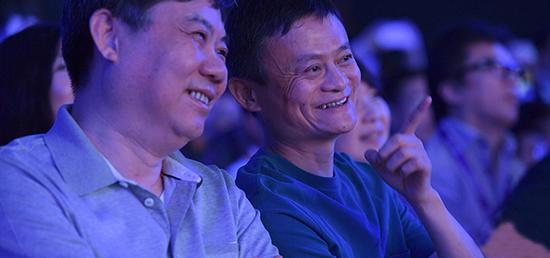 配图为马云与陈虹在RX5上市发布会现场