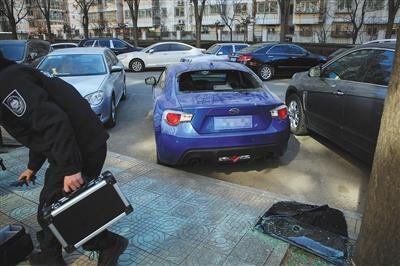 丰台一小区7车遭砸玻璃盗窃 均为高端车辆