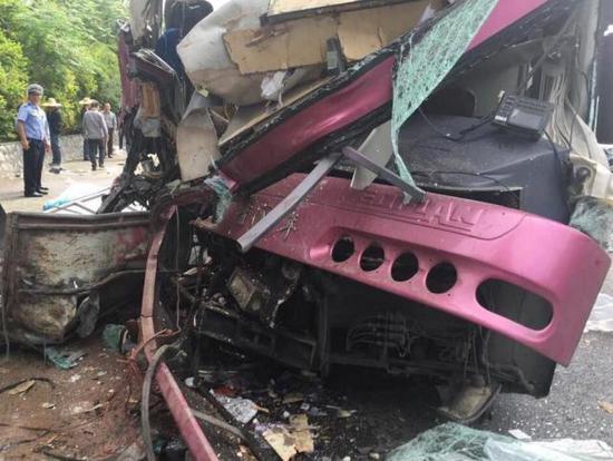 今天(4月25日)上午8时48分,G7211南友高速扶绥段南宁往崇左方向的84KM+550m处发生一起大客车追尾大货车事故。记者从广西交警处了解到,事故造成两名男子当场死亡,其余17名伤者被送到扶绥县人民医院治疗。据悉,事故中的大货车左前轮曝裂,车内装满肥料。   据相关部门初步调查分析,事故原因可能是大货车行驶过程中突然失控,大客车躲避不及导致追尾。目前,17七名伤者中,4人伤势严重。事故发生的具体原因正在进一步调查当中。 责任编辑:李欣欣
