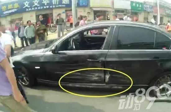 襄阳男子开车撞上宝马 下车后撒腿就跑