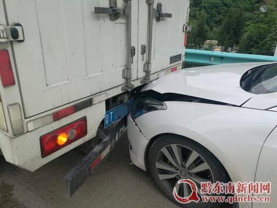 女司机驾车酿事故 原来竟是高跟鞋惹的祸
