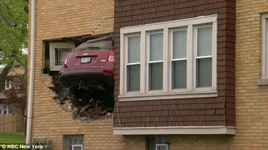 女司机凌晨五点驾车撞入别人家客厅-新浪汽车