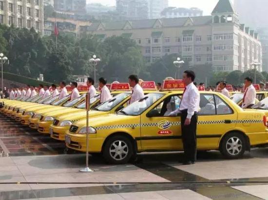 而且国内的出租车一般都是捷达、伊兰特、爱丽舍这类几万块的车,并且几乎是低配车,大部分由公司统一采用,没得选。