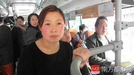 老太一见有人让座就拍照,她说年轻人没这义务