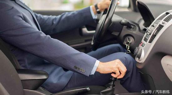 为什么很多人在拐弯的时候会刮擦在汽车,那么拐弯的实质是什么?就是车头和方向盘之间的较量。