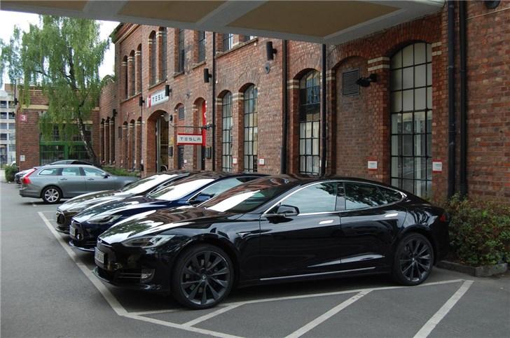 马斯克突然宣布:特斯拉黑色车型要涨价1000美元