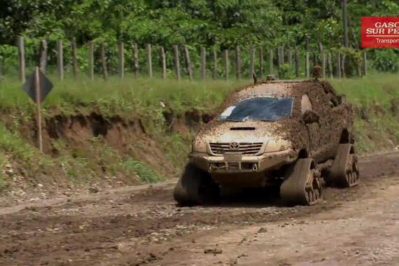视频:丰田海拉克斯皮卡配置全地形橡胶履带轮施工现场