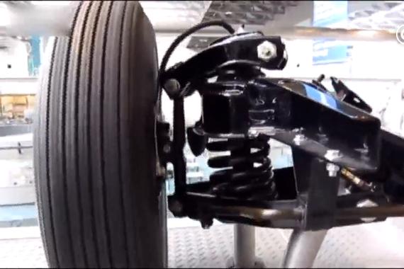 视频:实拍高速运转时,丰田皇冠的双叉臂悬挂系统