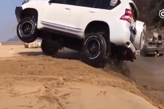 视频:丰田普拉多霸气一跃,这悬挂行程有多牛