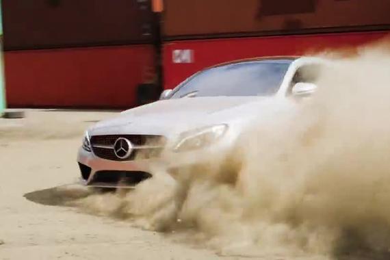 奔驰C级挑战跑酷选手和遥控车