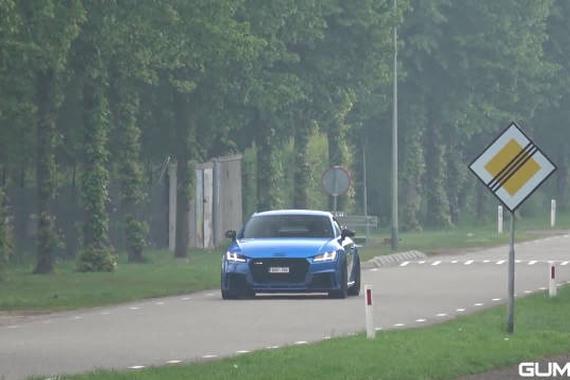 视频:奥迪TT RS 8S 2.5 TFSI 百公里加速只需3.7秒