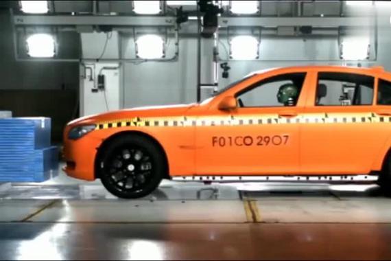 视频:宝马7系碰撞测试 百万级豪车安全性如何?