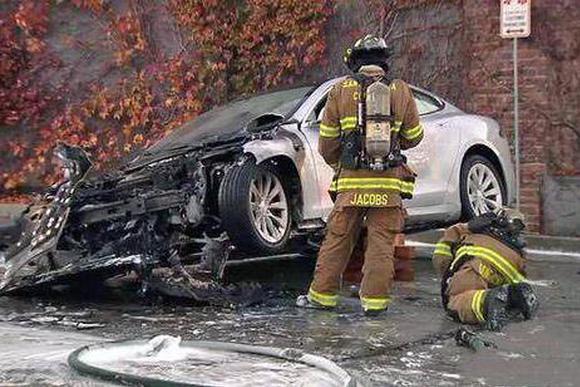 美国一辆特斯拉起火后又再次自燃,车头严重烧毁!
