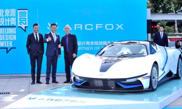 北汽新能源党委书记、总经理郑刚、ARCFOX设计团队核心成员与ARCFOX-7合影