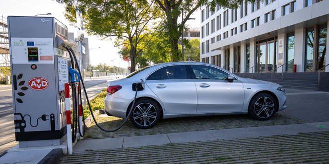 为节约成本降低碳排放 奔驰/宝马正从纯电动转向插混技术