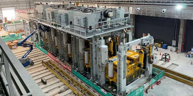 特斯拉上海超级工厂Model Y生产线上的大型冲压机