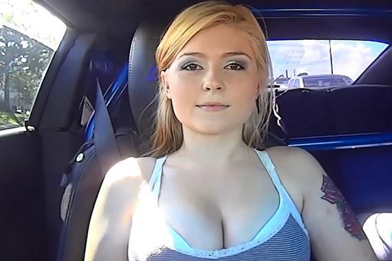 视频:纹身的靓妹!挑战1200马力加速