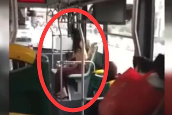 视频:惊呆了!女子竟公交车上脱光上衣