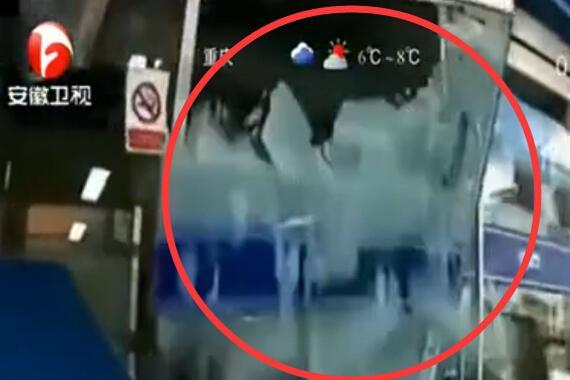 视频:第一视角!女司机错踩油门冲大楼