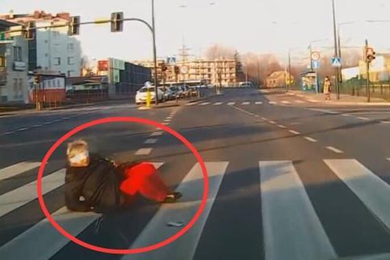 视频:蒙眼大妈闯红灯!拿生命在开玩笑