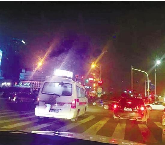 救护车开出人行横道。